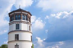 在德国,老塔的屋顶旅行 美丽的蓝色覆盖天空 复制空间 库存照片