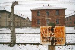 在德国WWII囚犯阵营的高压标志 免版税库存照片