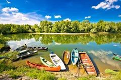 在德拉瓦河和木拉河嘴的五颜六色的小船  图库摄影