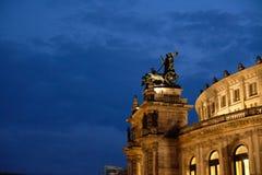在德累斯顿Semper歌剧的豹四马二轮战车在平衡天空前面 免版税库存照片