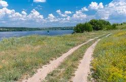 在德聂伯级河附近的乡下公路在乌克兰 免版税库存图片