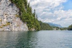 在德语贝希特斯加登附近的Konigssee包围与垂直的山 免版税图库摄影