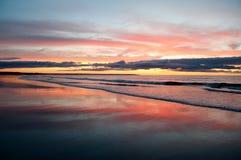 在德雷克的海岛海滩的日出 库存照片