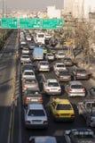 在德黑兰高速公路垂直射击的早晨交通 免版税库存图片