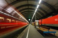 在德累斯顿中央驻地的火车 免版税库存图片