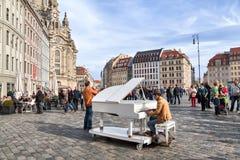 在德累斯顿供以人员在一架大平台钢琴的戏剧在Neumarkt广场 库存照片