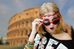 在心形的太阳镜冲击的女孩  免版税库存图片
