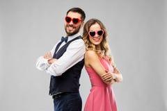 在心形的太阳镜的愉快的夫妇 免版税图库摄影