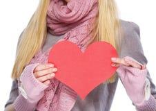在心形的明信片的特写镜头在手中少年女孩 免版税库存图片