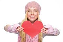 在心形的明信片的特写镜头在手中少年女孩 免版税图库摄影