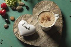 在心形的木绿色背景词爱的巧克力热饮饮料 图库摄影