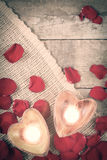 在心形的烛台的两个被启迪的蜡烛与上升了 库存照片