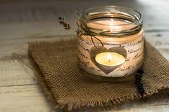在心形的瓶子蜡烛台的茶光与麻线和淡紫色枝杈,华伦泰,母亲` s天,生日,婚姻 免版税图库摄影