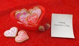 在心形的碗的心形的曲奇饼 免版税库存照片