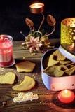 在心形的箱子的自创姜曲奇饼有蜡烛的 免版税库存照片
