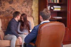在心理学家的招待会的夫妇 免版税库存图片