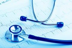 在心电图概念的听诊器心脏关心的 免版税库存照片