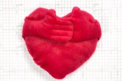 在心电图背景的大红色心脏 免版税库存图片