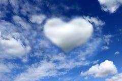 在心脏卡片的美丽的云彩反对蓝天的 背景华伦泰的Day.red和金心脏在红色background.felicitation 情人节想法 库存图片