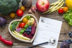 在心脏听诊器和医疗处方饮食和医学概念的健康食物 库存照片