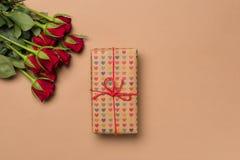在心脏在灰棕色的打印纸包裹的英国兰开斯特家族族徽和礼物 免版税库存图片
