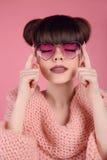 在心脏太阳镜的秀丽时尚青少年的女孩模型 画象  免版税库存照片