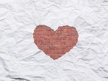 在心脏形状标志的白色被撕毁的纸 免版税库存图片