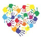 在心脏形状的五颜六色的儿童手印刷品 免版税库存照片