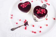 在心脏形状的华伦泰的蛋糕在白色背景 图库摄影
