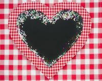 在心脏形状的卡片空白与五彩纸屑 免版税库存图片