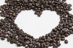在心脏形状的咖啡豆 免版税库存照片