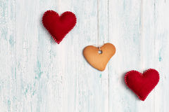 在心脏形状的在背景的曲奇饼和心脏 免版税库存图片