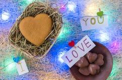 在心脏形状的姜饼在一个柳条筐 巧克力糖 我爱你 多彩多姿的诗歌选 库存图片
