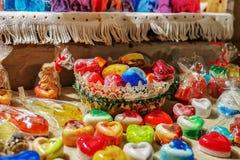 在心脏形状的手工制造肥皂在里加圣诞节市场上 免版税库存照片