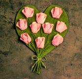 在心脏形状的桃红色玫瑰 免版税库存照片