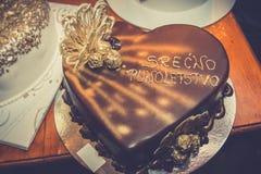 在心脏形状的生日蛋糕  免版税库存图片