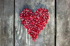 在心脏形状的石榴宏观种子 免版税库存图片