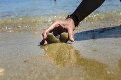 在心脏形状的石头  免版税图库摄影