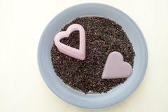 在心脏形状的米莓果 免版税库存照片