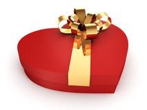 在心脏形状的红色箱子与在白色背景的金黄丝带 免版税库存图片