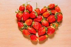 在心脏形状的草莓 库存图片
