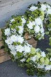 在心脏形状的葬礼花圈 库存照片