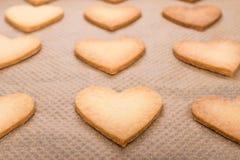 在心脏形状的被烘烤的曲奇饼 免版税库存图片