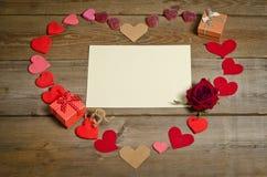 在心脏形状的许多手工制造心脏  免版税库存照片