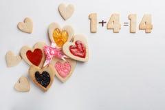 在心脏形状的酥皮点心  St情人节 免版税库存照片