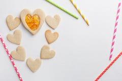 在心脏形状的酥皮点心  St情人节 免版税图库摄影