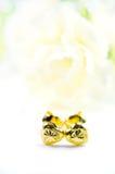 在心脏形状的金下垂有浮雕的贝壳耳环首饰与花我 免版税库存图片