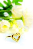 在心脏形状的金下垂有浮雕的贝壳花梢圆环首饰与花 库存图片