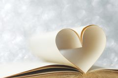 在心脏形状的页 免版税库存图片