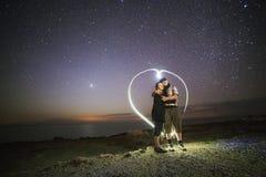 在心脏形状的年轻夫妇 库存照片